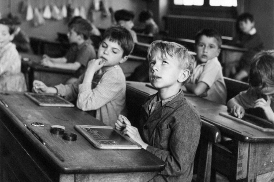 Doisneau-Linformation-scolaire-Paris-1956